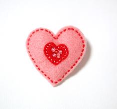 Vilttirintaneula, suuri vaaleanpunainen sydän punaisella keskiosalla