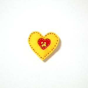 Filtbrosch, stort gult hjärta med ett litet rött inuti
