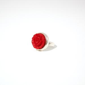Ring i silver med röd ros