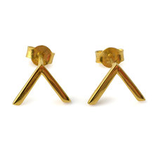 Syster P - Strict Simple V Earrings Gold