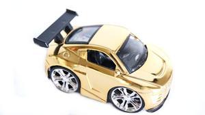 Bil med guldfärgad aluminiumkaross