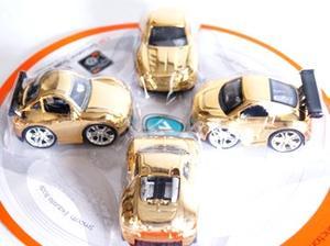 4-pack bilar med guldfärgade aluminiumkarosser