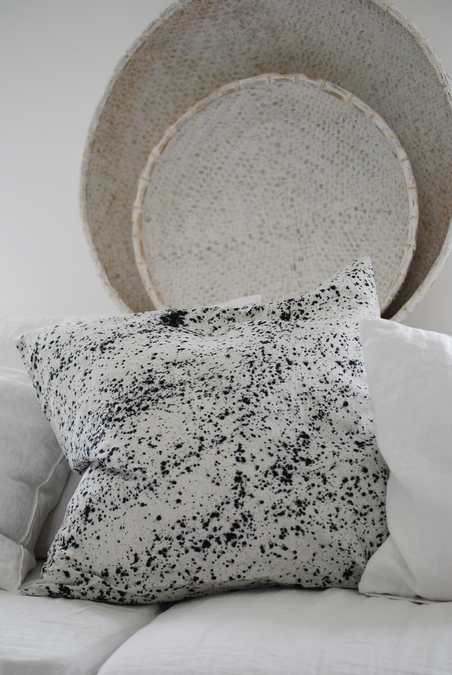 TELL ME MORE  - SPLATTER CUSHION 60x60 CM