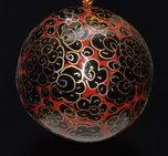 Julkula röd med mönster i svart och guld