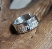 """Ring med text """"Proud Woman"""""""