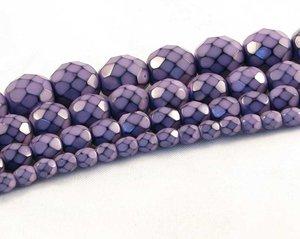 Syrenlila fasetterade pärlor i snakecoating, 6 mm. Ca 16 cm sträng.