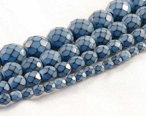 Ljusblå fasetterade pärlor i snakecoating, 6 mm. Ca 16 cm sträng.