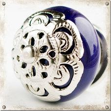 Blå knopp i porslin med dekor i silver