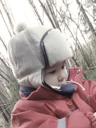 Mössa Fårskinn barn, gråblå/rosa tofs