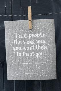 Grå disktrasa med vitt tryck: Treat people the same way you want them to treat you.