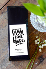 Svart Farbror August-te: Faith LOVE Hope