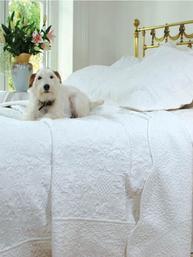 Överkast vit vågad kant vackert quilt mönster 2 storlekar shabby chic lantlig stil