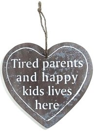 Skylt i trä Tired parents and happy kids live here