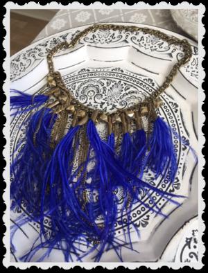 Läckert halsband med blå fjädrar