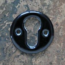 Musta posliininen avainkilpi, sylinterilukkoon