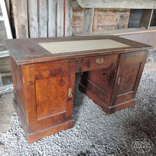Vanha ruskea kirjoituspöytä