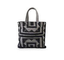 Väska svartvit mönster