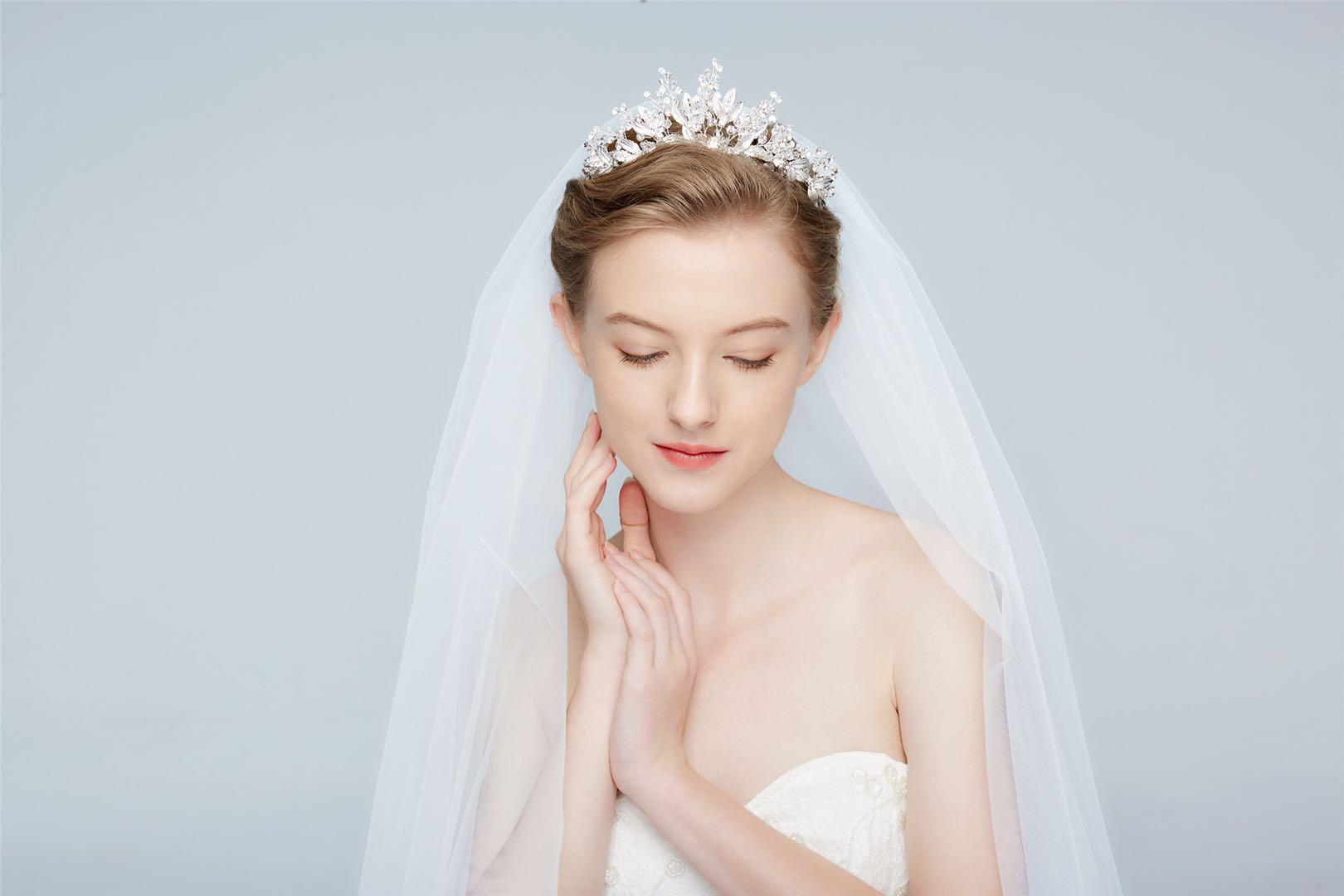 bcfddeb023ac Billig brudklänning, balklänning, bröllopsklänning & festklänning i  Stockholm,bromma Matildas fest - Silverfärgad krona AG4101
