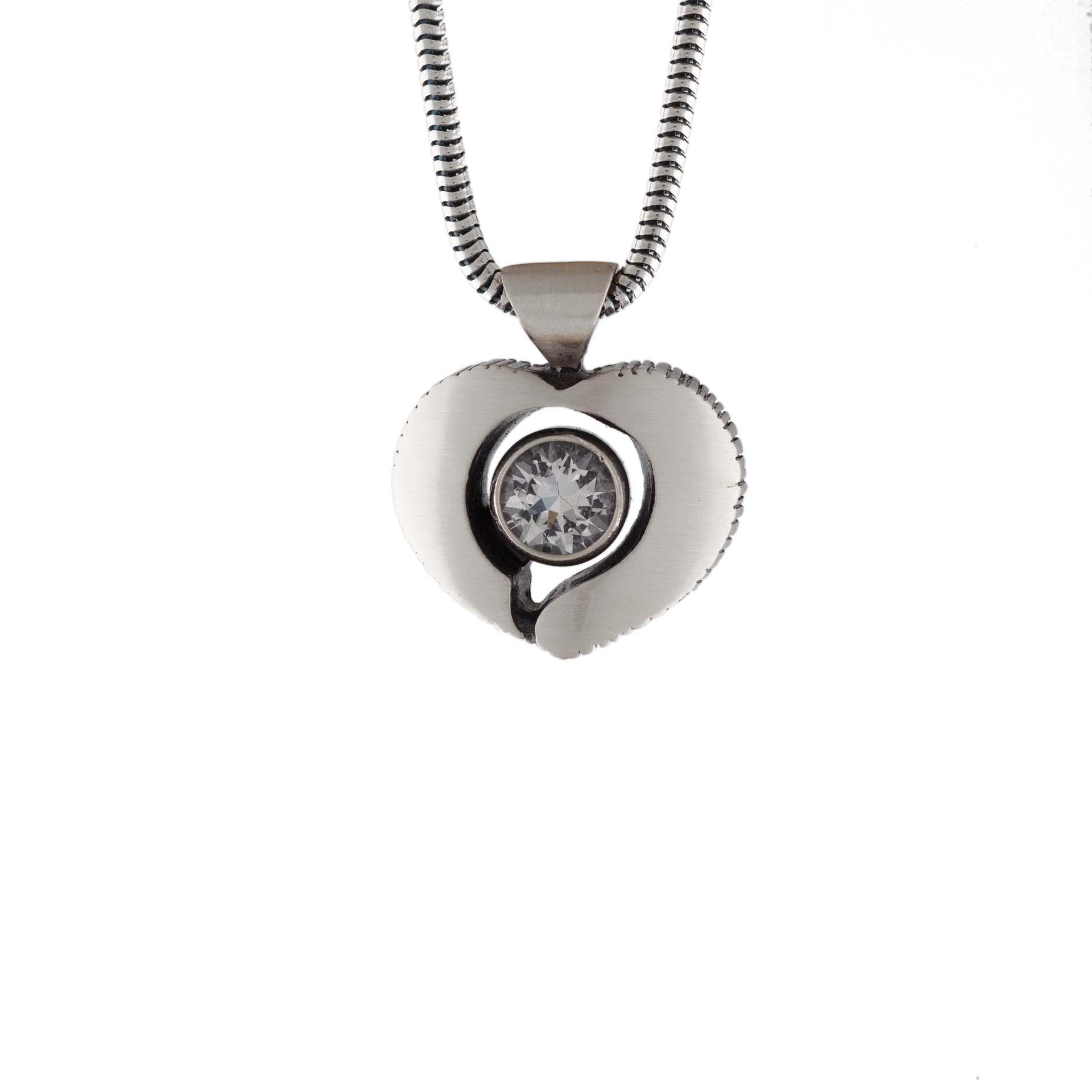 Halsband silver hjärta med bergskristall finnfeelings - GULDKORNET 4947f00561ae5