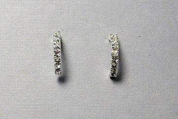 Örhänge silver halv creol med vita stenar - GULDKORNET 0cc8461395133