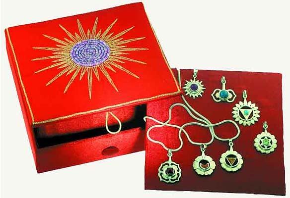 Englagård Presentbutik - Box med smycken och kedja 78ef1c337d152