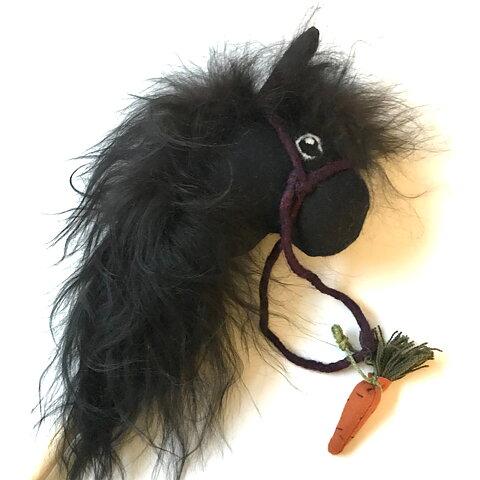 Käpphäst av ulliga naturmaterial från Gumselids hantverk -svart med svart  man ee09ca1e96b39