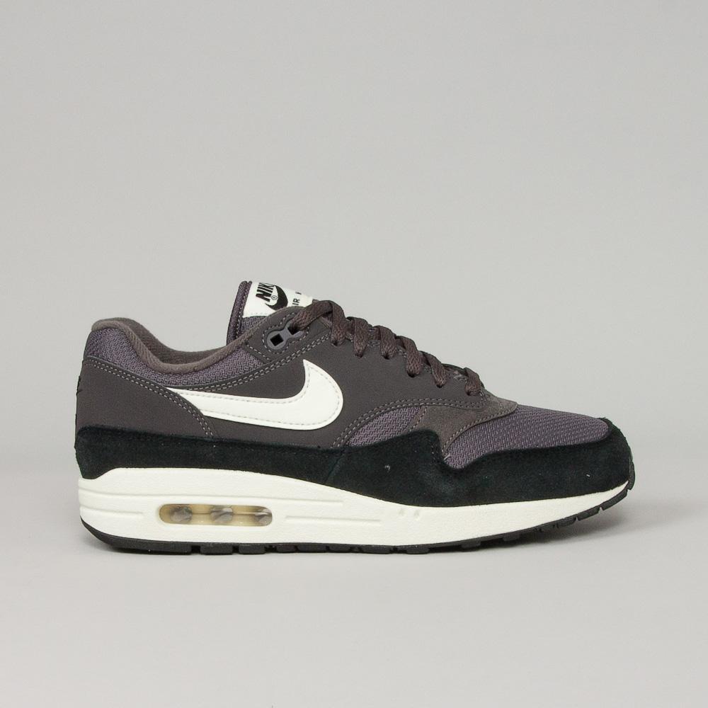 0de0bbd131b Nike Air Max 1 - Shoeline