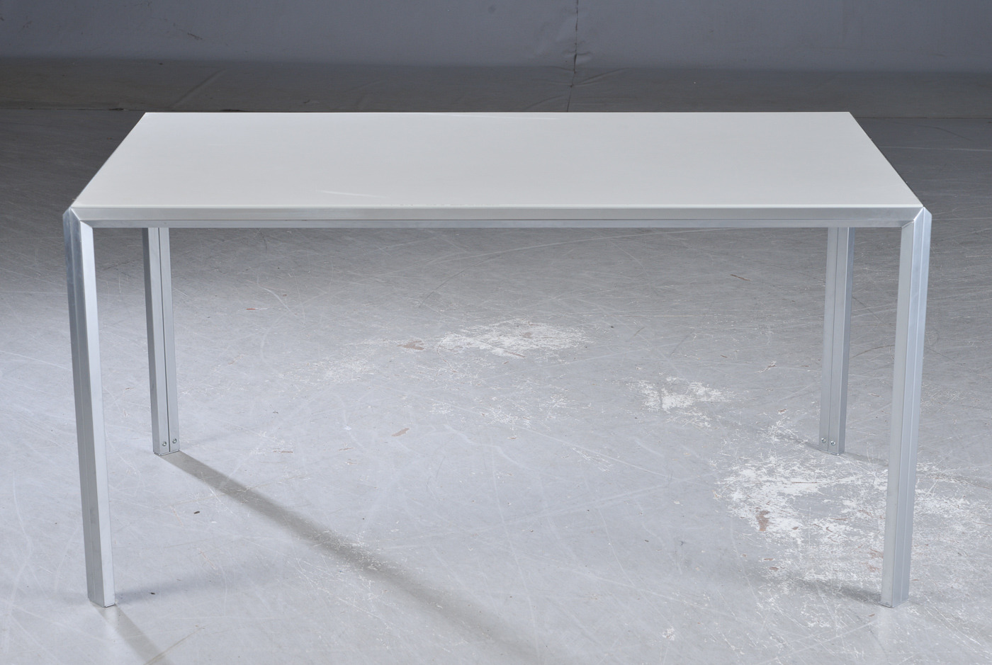 Schreibtisch im industriedesign grau laminat und for Schreibtisch industriedesign