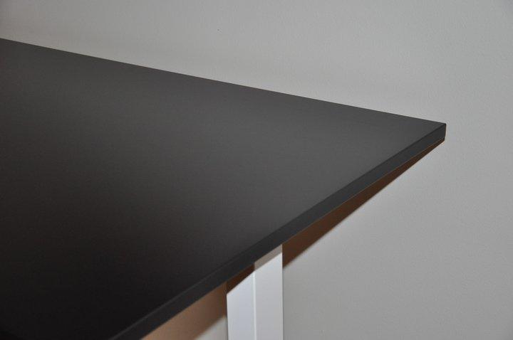 Schwarze tischplatten zum schreibtisch johanson design for Designer tischplatten