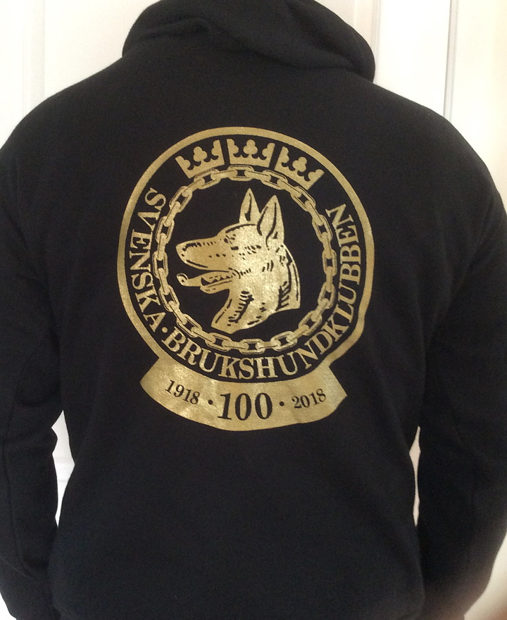 Hoodie med en SBK-logotype i guld och extra logotype 2-färg.